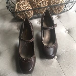 Women's brown leather Naturalizer heels size 7 1/2